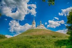 Det kyrkliga anseendet på en kulle Royaltyfri Bild
