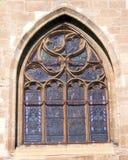 Det kyrkliga fönstret med stryker netto för skydd Royaltyfri Fotografi