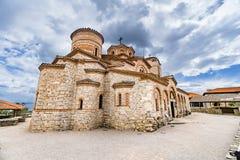 Det kyrkliga milt och Panteleimonen, Plaoshnik på kusten av Ohrid sjön arkivbild