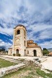 Det kyrkliga milt och Panteleimonen, Plaoshnik på kusten av Ohrid sjön fotografering för bildbyråer