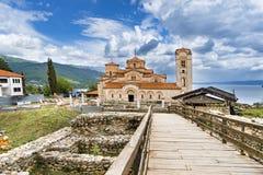 Det kyrkliga milt och Panteleimonen, Plaoshnik på kusten av Ohrid sjön royaltyfria foton