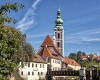 Det kyrkliga tornet av Sten Vitus Church i Cesky Krumlov, Tjeckien royaltyfri foto
