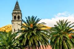 Det kyrkliga tornet med en klocka i den gamla staden av Perast, Montene Royaltyfri Bild