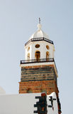Det kyrkliga tornet med tegelstenar och vit rappar väggar Royaltyfri Fotografi