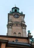 Det kyrkliga tornet till den Storkyrkans kyrkan i Stockholm Royaltyfria Bilder