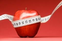 Det läckra äpplet med att mäta tejpar Royaltyfria Bilder