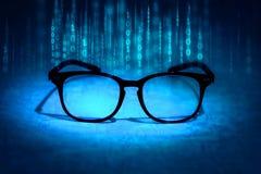 Det läs- glasögon absorberar binära data, begrepp av framtida knowl royaltyfria foton