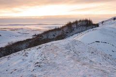 Det låga molnet kommer in och täcker de snöig kullarna - maximalt område arkivbild
