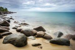 Det långa exporsurehavet och vaggar på stranden Royaltyfria Foton