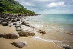 Det långa exporsurehavet och vaggar på stranden Royaltyfri Foto