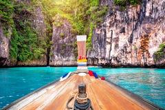 Det långa fartyget och blått vatten på Maya skäller i Phi Phi Island, Krabi Royaltyfria Bilder