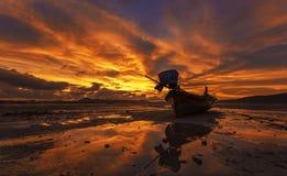 Det långa fartyget och den tropiska stranden i Karon sätter på land Phuket, Thailand Fotografering för Bildbyråer