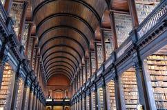 Det långa rummet i det gamla arkivet på Treenighethögskolan Dublin Royaltyfri Bild