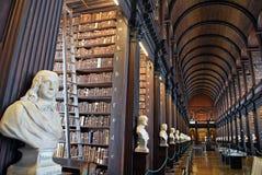 Det långa rummet i det gamla arkivet på Treenighethögskolan Dublin Royaltyfria Bilder