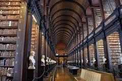 Det långa rummet i det gamla arkivet på Treenighethögskolan Dublin Arkivfoto