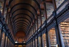 Det långa rummet i det gamla arkivet på Treenighethögskolan Dublin Fotografering för Bildbyråer