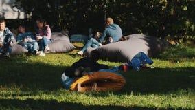 Det långa skottet av barn som spelar med det uppblåsbara röret under utomhus- händelse parkerar in arkivfilmer