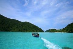 det långa svanfartyget går till Surin öar Royaltyfri Fotografi