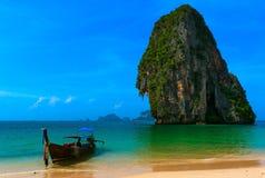 Långt svanfartyg i tropisk strand fotografering för bildbyråer