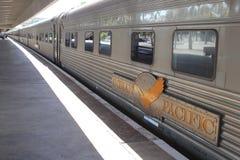 Det långdistans- drevet det indiska Stillahavs- väntar på passagerare, järnvägsstationen Perth, Australien Arkivfoto