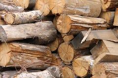 Det lade en hög av trä påtänkt för att tända pannan Arkivbild