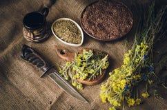 Det lantliga köksbordet skräpas ner med örter, frö och kryddor Ingredienser för traditionell nationell sås slapp fokus royaltyfri foto