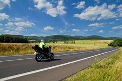 Det lantliga landskapet med vägen rider du en motorcykel Royaltyfri Bild