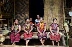 Det Laos minoritetfolket bär dräktperson som tillhör en etnisk minoritet för show och tar fotoet royaltyfri foto
