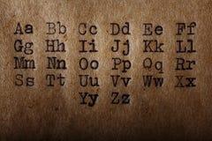 Det latinska alfabetet, stilsort skrivev ut på tappningskrivmaskinen arkivfoto