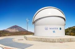 Det ledar- Robotic teleskopet och Teide når en höjdpunkt på bakgrunden på Juli 7, 2015 i Teide den astronomiska observatoriet, Te Arkivfoton