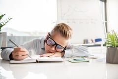 Det ledsna barnet känner sig borrade på arbete Arkivbilder