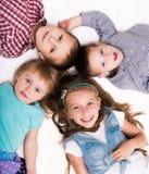 Det liggande huvudet för barn - - head på golvet Royaltyfri Fotografi
