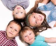 Det liggande huvudet för barn - - head på golvet Fotografering för Bildbyråer