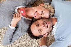 Det liggande huvudet för mannen och för kvinnan - - head på mattan Royaltyfria Bilder