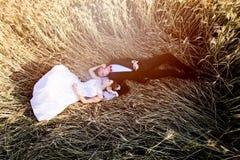 Det liggande huvudet för nygifta personer - - head på kornfält Royaltyfria Foton