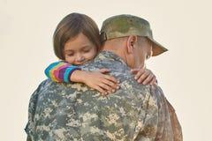 Det lilla barnet är jätteglat att hennes fader kom tillbaka från armén royaltyfria bilder