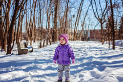 Det lilla barnet bara i vintern parkerar Arkivbilder