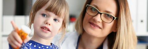 Det lilla barnet kontrolleras in kontoret av sjukhuset royaltyfria bilder