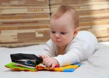 Det lilla barnet med sakkunniga behandla som ett barn boken Arkivfoton