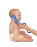 Det lilla begynnande barnet behandla som ett barn ungeflickan som talar stanna till telefonen Royaltyfri Fotografi