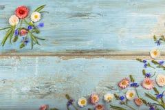 Det lilla fältet blommar på tappning riden ut träbakgrund Retro utformad blom- bakgrund Royaltyfria Foton