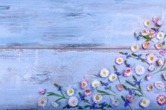 Det lilla fältet blommar på tappning riden ut träbakgrund Retro utformad blom- bakgrund Royaltyfria Bilder
