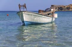 Det lilla fartyget för den vita fisken på det blåa havet anslöt med havsförgrund och fiske Royaltyfri Foto
