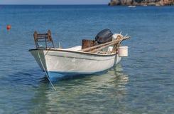 Det lilla fartyget för den vita fisken på det blåa havet anslöt och ordnar till för att fiska Royaltyfria Bilder