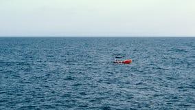 Det lilla fartyget seglar på havet stock video