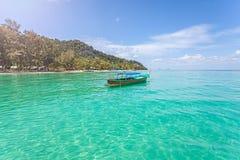 Det lilla fartyget vid den tropiska ön, gör perfekt semesterbegrepp Arkivfoto