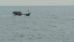 Det lilla fiskarefartyget motstår höjdpunktvågor under en storm lager videofilmer