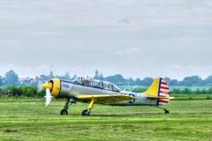 Det lilla flygplanet som tar av, grundar på den aero showen royaltyfria bilder