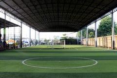 Det lilla fotbollfältet, Futsal bollfält i idrottshallen inomhus, det utomhus- fotbollsportfältet parkerar med konstgjord torva Arkivfoton