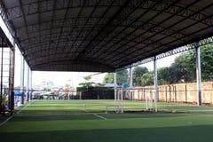 Det lilla fotbollfältet, Futsal bollfält i idrottshallen inomhus, det utomhus- fotbollsportfältet parkerar med konstgjord torva Royaltyfria Foton